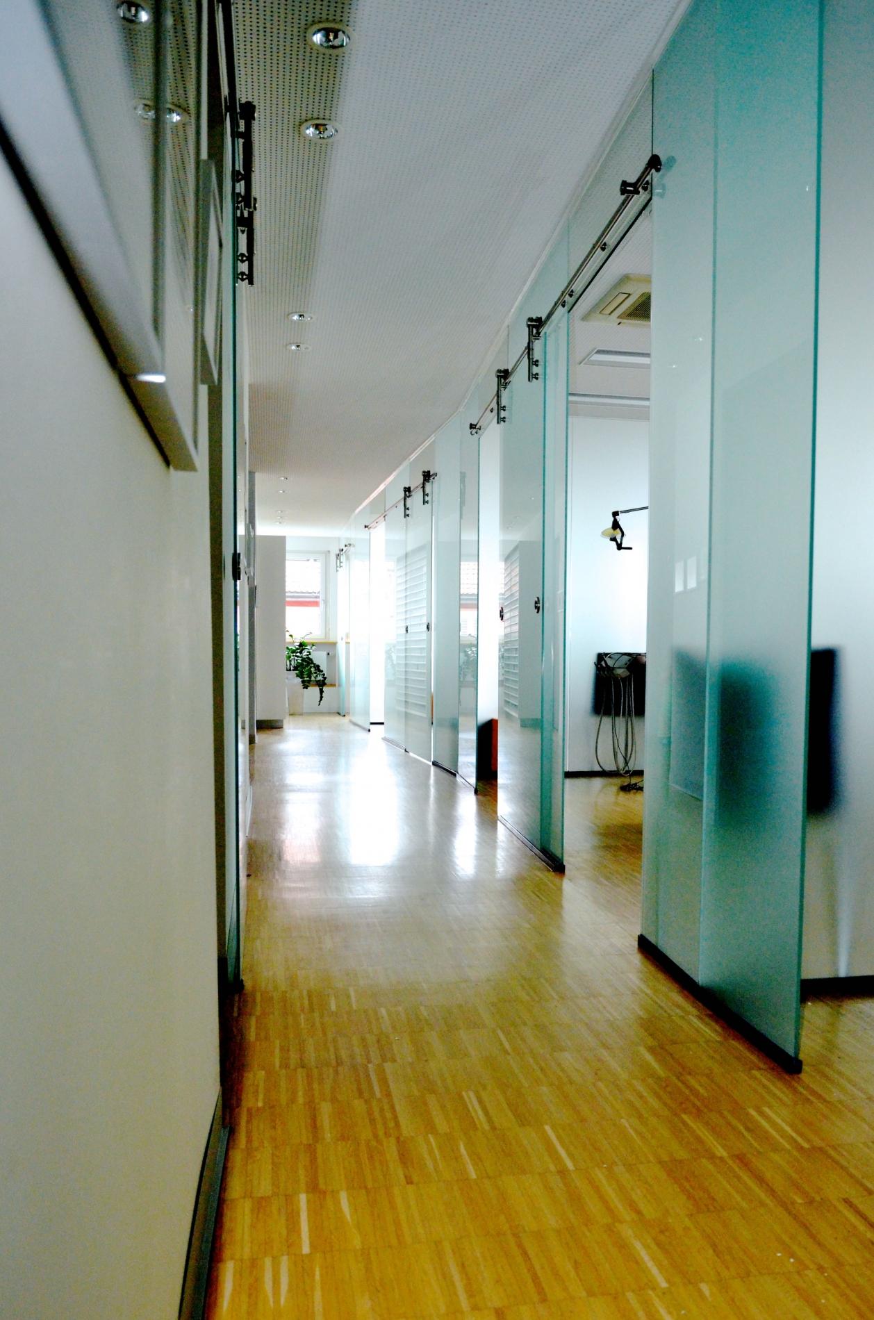 Glastürenwand